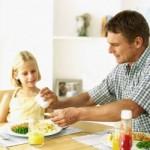 Bild Familie mit Kinder beim Essen